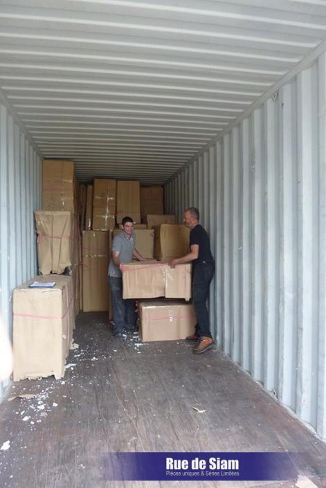 Le déchargement du container démarre