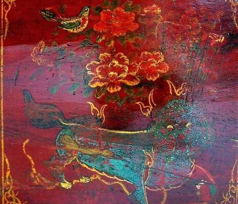 Grand coffre chinois du Gansu laqué rouge, motifs floraux et lions tibétains. Meuble Rue de Siam.
